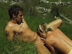 blonde dans l herbe a petit seins